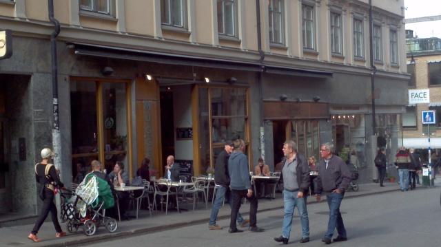 """Eine Hochburg der feministischen Alternative ist der Stockholmer Stadtteil Södermalm. Im Café Muggen (Foto) erzählt mir eine junge Frau wenige Tage vor der Wahl: """"Es ist furchtbar. Aber ich werde nicht nach meiner Überzeugung, sondern taktisch wählen. Ich würde gern die Feministen wählen. Aber wir brauchen einfach einen Regierungswechsel. Und ich glaube nicht, dass es die Feministen ins Parlament schaffen werden."""" So dachten offenbar viele Wähler und die Feministen schafften es tatsächlich nicht ins Parlament."""